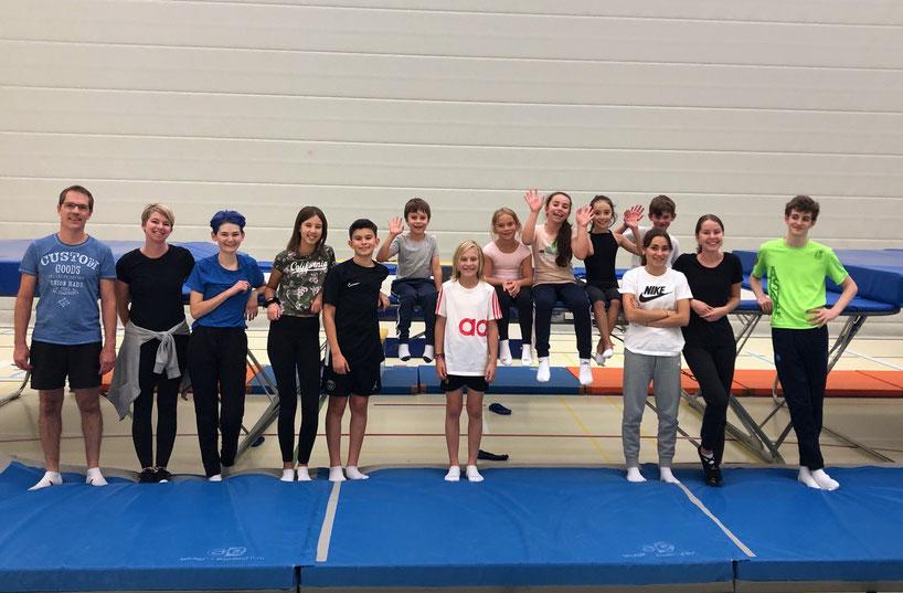 Les gymnastes du groupe du jeudi de la saison 2021-2022 avec leurs entraineurs, Vincent Vurlod et Anne-Laure Fillietaz (à g.)