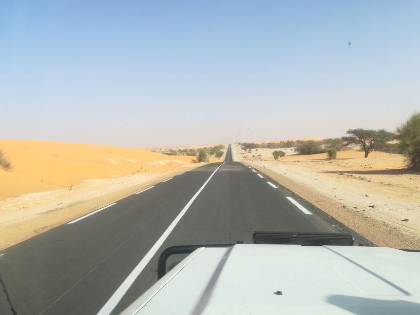 Road of Hope - die einzige West/Ost-Verbindung des Landes. 1100 Kilometer lang...