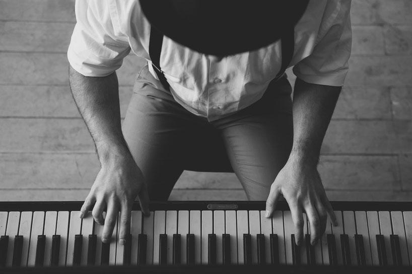 Liebe für Details. Handarbeit am Klavier. Musik. Melodie und Kunst. Talent und Feingefühl. Spielerisch zum Ziel. Einzigartige Symphonie des Lebens. Ausdruck in natürlicher Kosmetik.