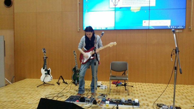ワイワイプラザでは貴重な真田さんのソロギターの演奏も!!
