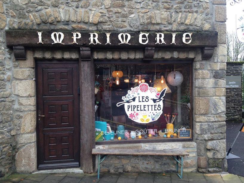 """""""Les Pipelettes"""" ont fait leur nid dans l'ancienne imprimerie. (Les lettres ont été enlevées depuis.)"""