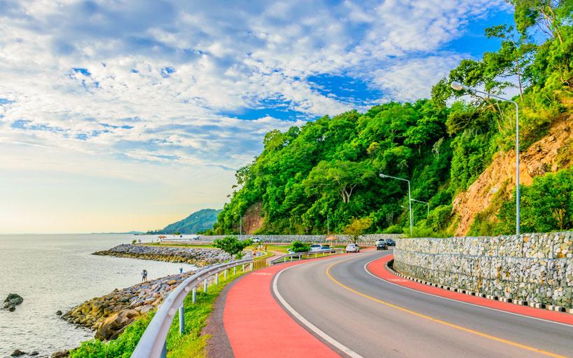 Thailands Straßen können sehr malerisch sein. Leider gehört der Verkehr hier zu den gefährlichsten weltweit.