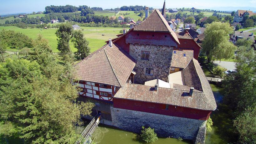 ...mit einem KLICK ins Bild ist man im Wasserschloss Hagenwil