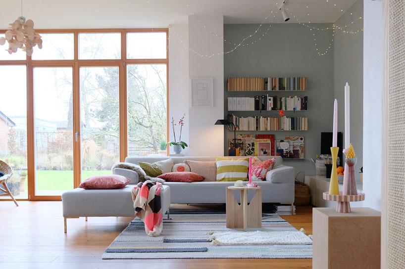 dieartigeBLOG - Wohnzimmer, Sofaecke in Neon & Bunt - Sofa Freistil, Teppich Ikea, Bücherregal Teebooks
