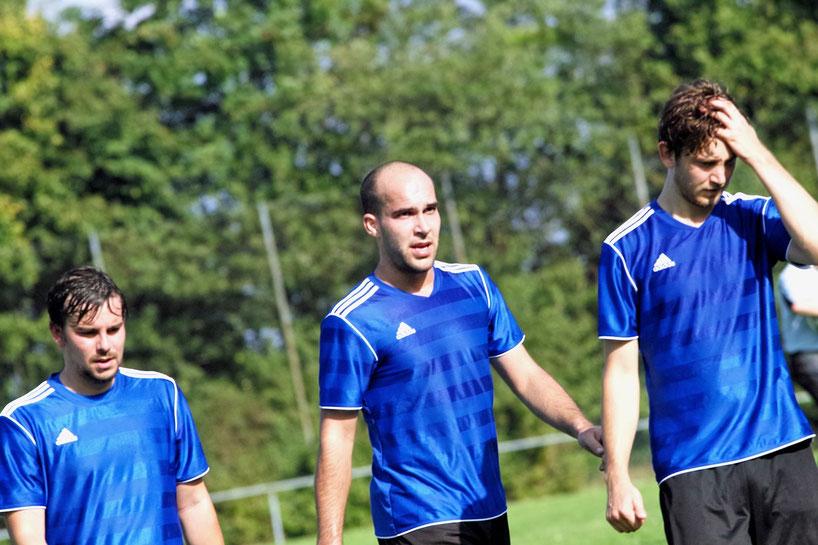 Haare raufen beim FC Erzberg. Der FCE lässt in Dinkelsbühl wichtige Punkte liegen. Durch den Sieg der Sportfreunde Dinkelsbühl II steht man nun wieder auf einem direkten Abstiegsplatz.