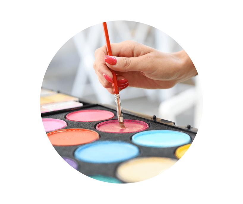 Kinderschminken bei Entertainment for Kids. Ein strahlendes Mädchen ist als Tiger geschminkt und lacht in die Kamera.