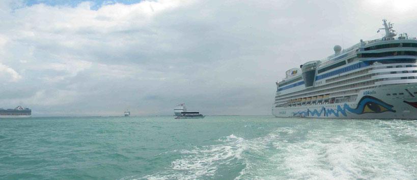 Kreuzfahrtschiffe ankern weit draußen vor Belize City