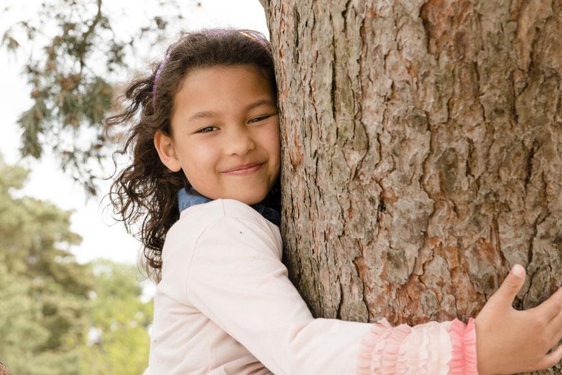 Het licht wordt door het gebladerte van de boom gefilterd waardoor er een zacht en diffuus licht ontstaat