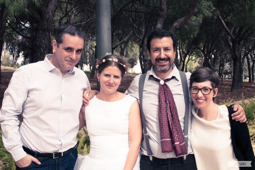 Foto con los novios (aquí faltan Bari y Guille pero es porque estábamos solos los 6 y alguien tenía que hacer la foto así que nos turnamos :P).