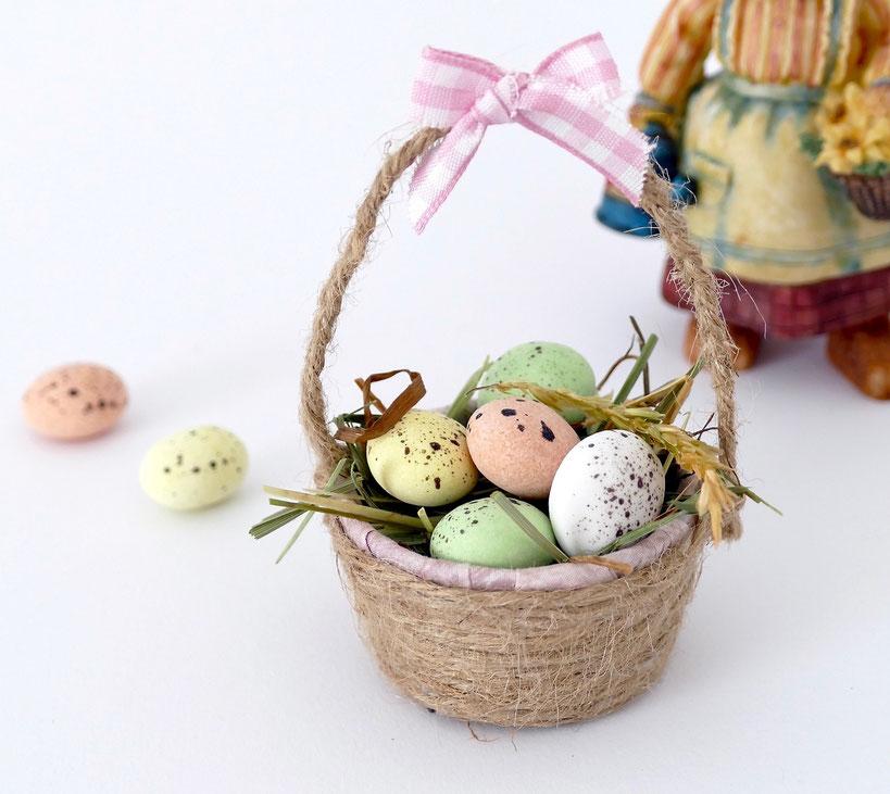 Handgemachtes, kleines Körbchen mit bunten Zuckereiern