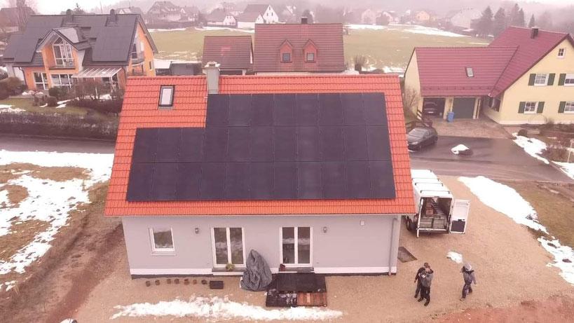 Beispiel Photvoltaik auf einem Einfamilienhaus (© iKratos)
