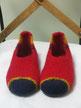 Filzhausschuhe Modell Greti rot mit zweifarbiger Spitze und Lasche in blau und gelb