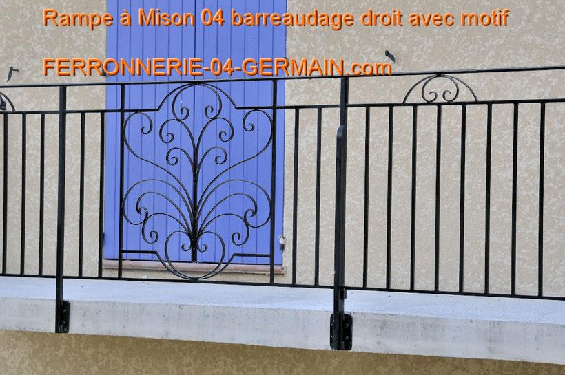 Rampe garde corps à Mison 04 barreaudage droit avec motif inséré entre les barreaux Rampe barreaux droits Rampe barreaux droits avec sous lisse et volutes