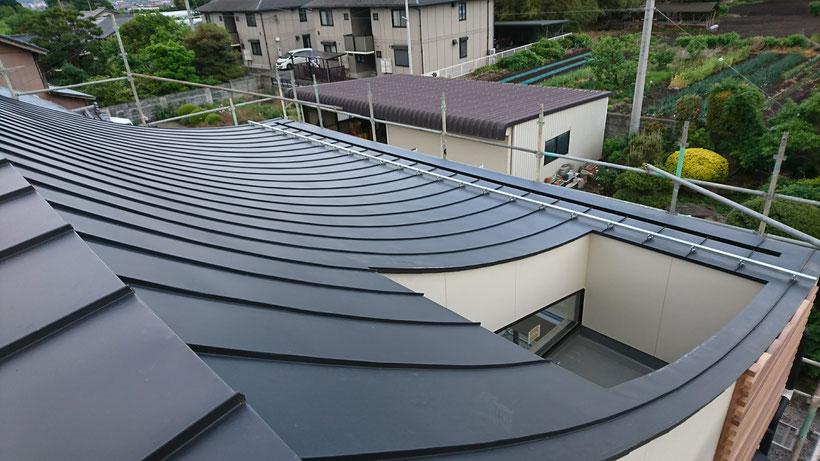 そり屋根 逆R屋根 立平葺き カラーガルバリュウム鋼板 屋根