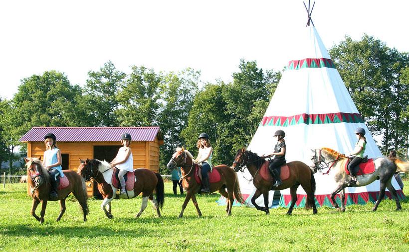 Stage poneys, nos cavaliers devant le tipi du bivouac
