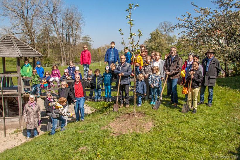 Gruppenbild der Pflanzgesellschaft am Tag des Baumes