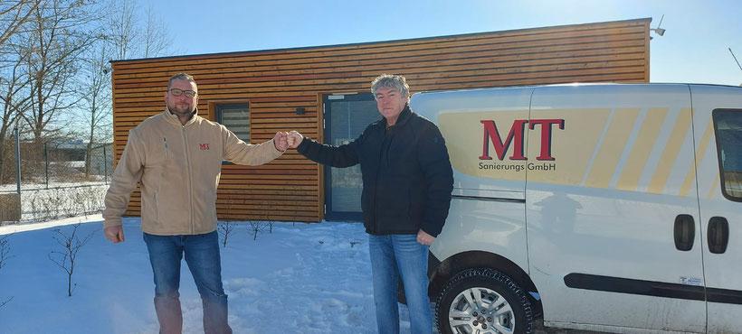 (v.l.) Maik Tausch (Geschäftsführer MT Sanierungs GmbH) und Peter Ludwig (Vereinspräsident SLV'92) nach der Unterzeichnung des Sponsoringvertrages (Foto: Verein)