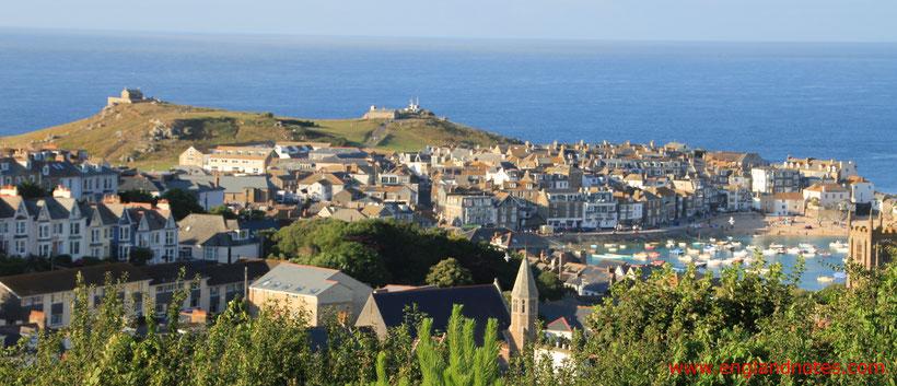 Die 10 schönsten Küstenorte in Südengland: Blick auf St. Ives und den Hafen von St. Ives mit dem Meer im Hintergrund in St. Ives, Cornwall, England.