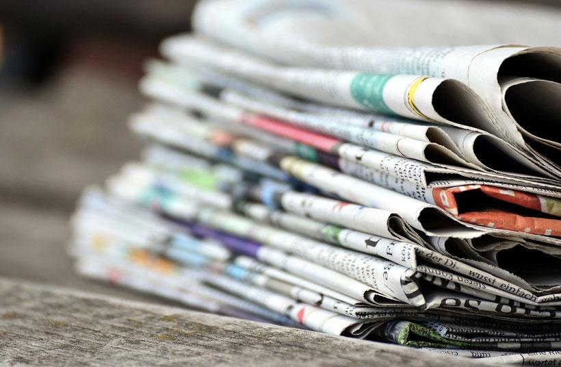 Die Fleet Street in London und die wichtigsten britischen Tageszeitungen.