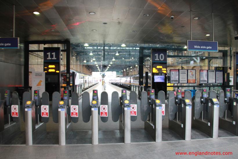 Mit dem Zug durch England reisen: Ticketbarrieren an den Bahnhof am Eingang zum Bahnsteig.