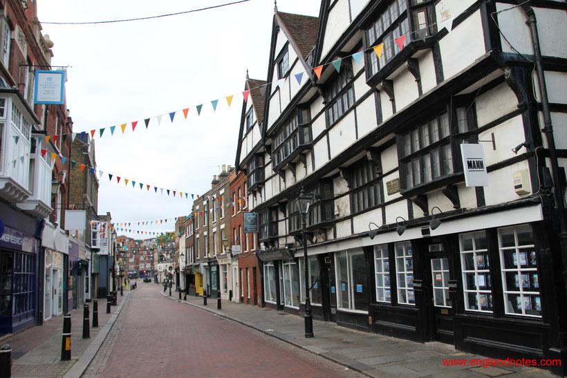Die 10 schönsten Küstenorte in Südengland: Blick entlang der High Street in Rochester, Kent, England