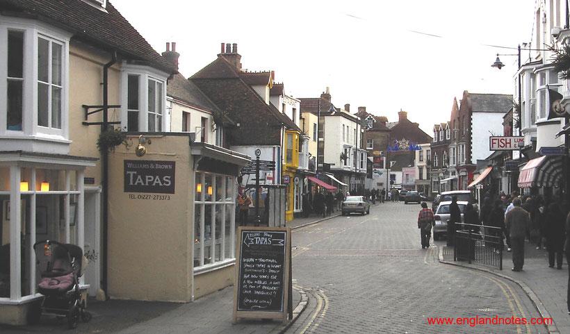 Die 10 schönsten Küstenorte in Südengland: Blick entlang der Harbour Street in Whistable, Kent, England
