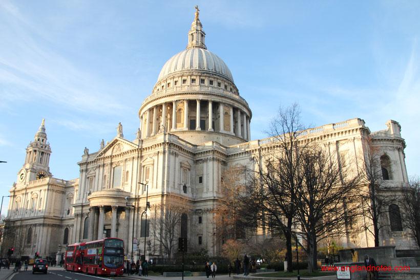 Die Fleet Street in London und die britischen Tageszeitungen. Reisetipps und Sehenswürdigkeiten und Spaziergang zur Fleet Street.