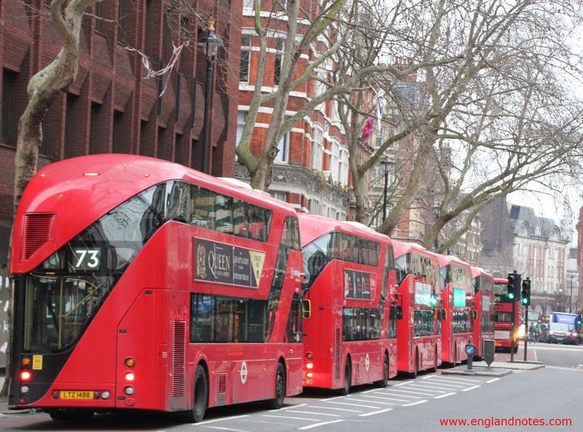 Londons rote Doppelstockbusse - die Routemaster: Anblick von hinten.