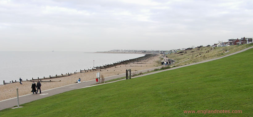 Die 10 schönsten Küstenorte in Südengland: Blick entlang des Strandes in Whitstable, Kent, England