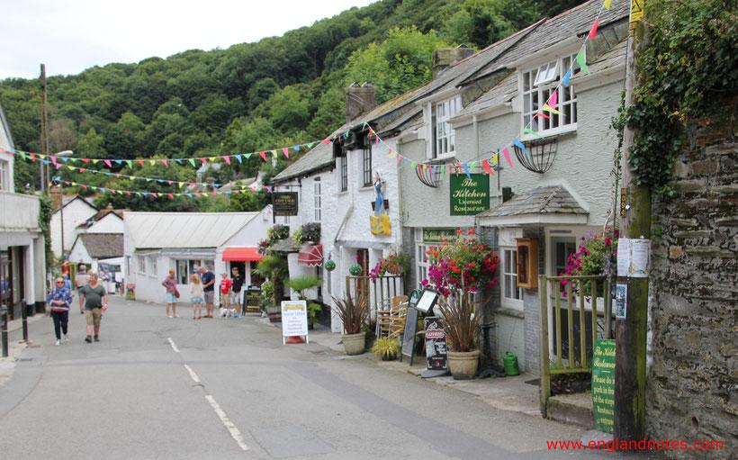 Die 10 schönsten Küstenorte in Südengland: Blick entlang der Straßen in Polperro, Cornwall, England