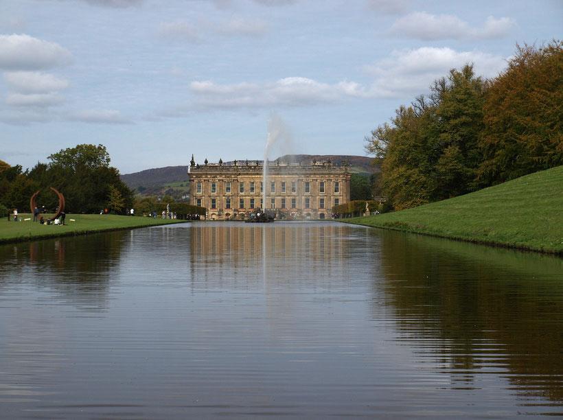 Die 10 schönsten englischen Gärten in England: Blick auf Chatsworth Castle und den See und den Emperor Fountain in Chatsworth Garden
