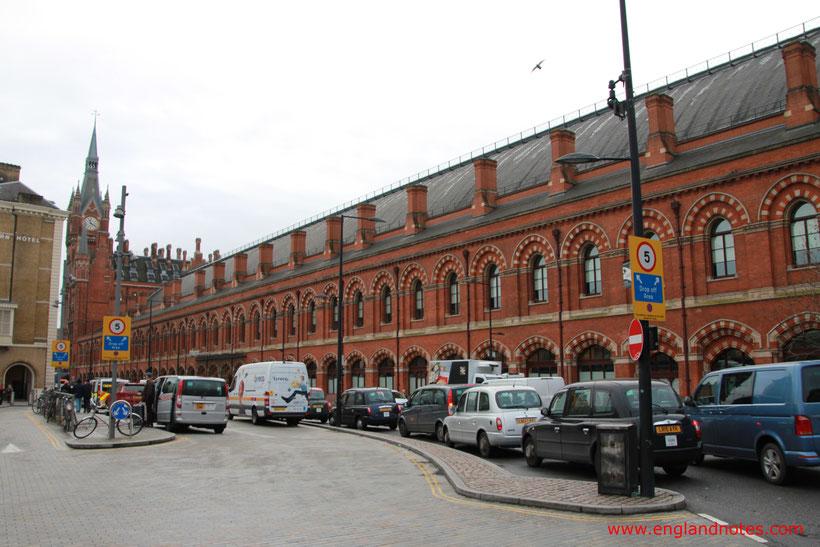 Mit dem Zug durch England reisen: historisches Bahnhofsgebäude St. Pancras