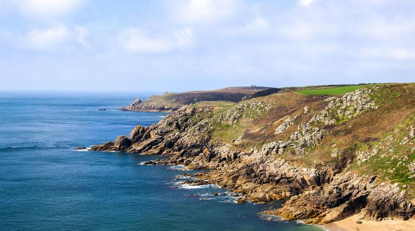 8 traumhafte Reiseziele in Südengland: Blick entlang der Küste von Cornwall, England