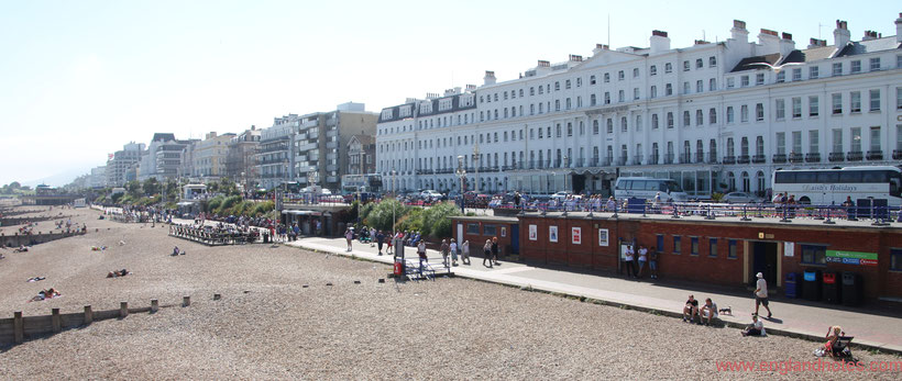 Die 10 schönsten Küstenorte in Südengland: Blick vom Pier in Eastbourne auf die Strandpromenade, Eastbourne, England