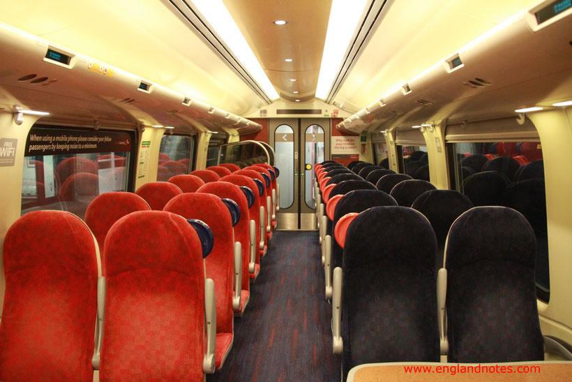 Mit dem Zug durch Englandreise: Sitze in den Nahverkehrszügen