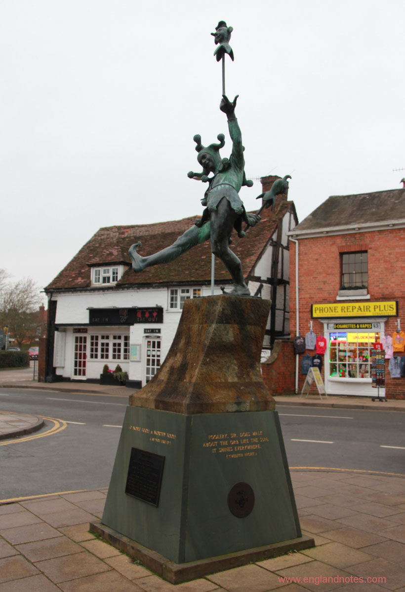 Sehenswürdigkeiten und Reisetipps Stratford-upon-Avon: Jester Statue in der Henley Street