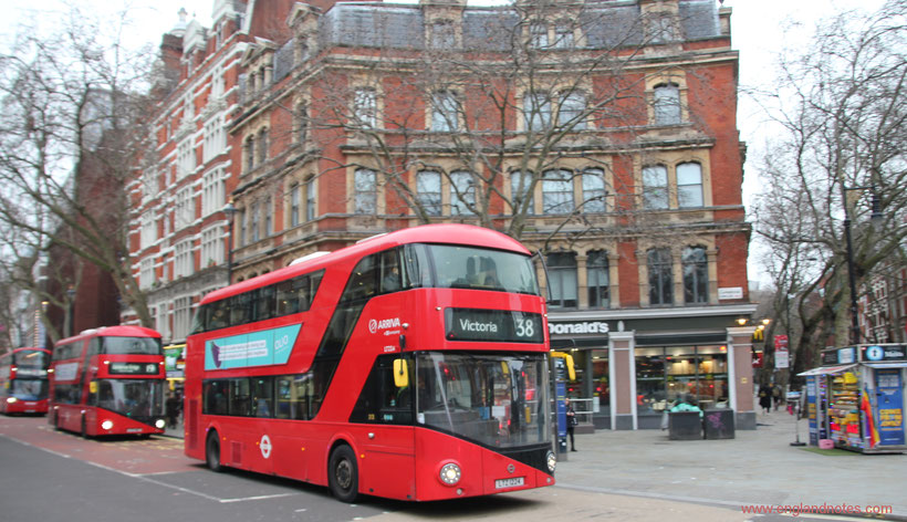 Londons rote Doppeldeckerbusse - die Routemaster: In der Charing Cross Road.