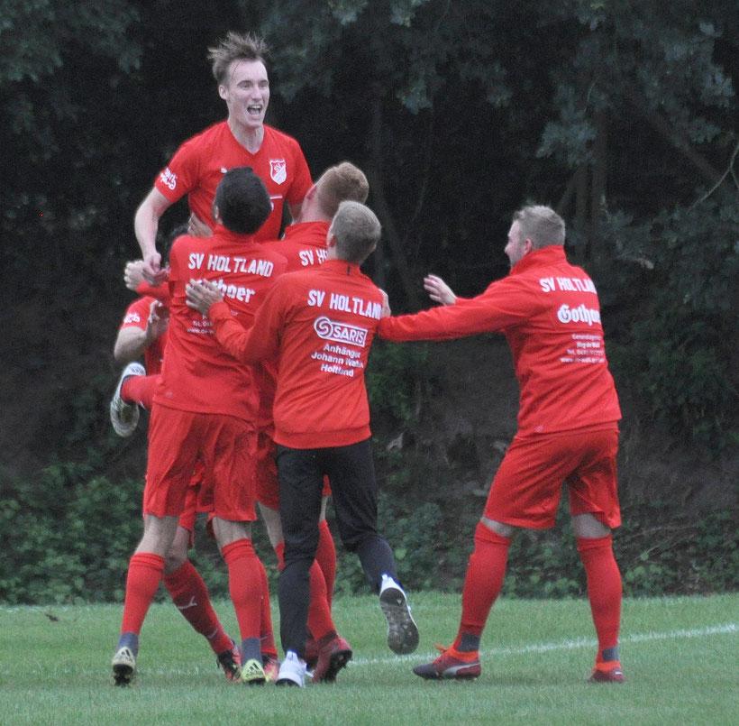 Im August schoss Malte Fokken (jubelnd oben) den SV Holtland mit seinem Tor zum 2:0 noch auf die Siegerstraße gegen den VfL (Endstand 2:1). Künftig jubelt er in Gelb und Blau.