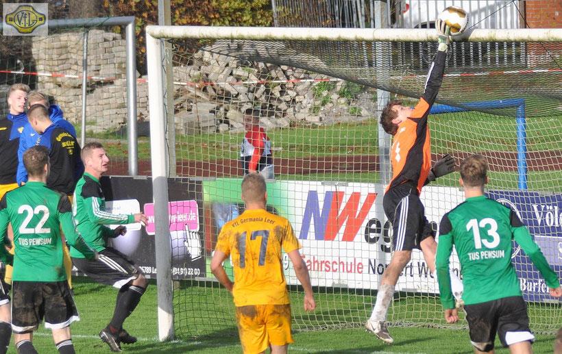 VfL-Torhüter Marcel Lücking musste sich mehrfach strecken - Pewsum hatte sogar Chancen zur Führung.