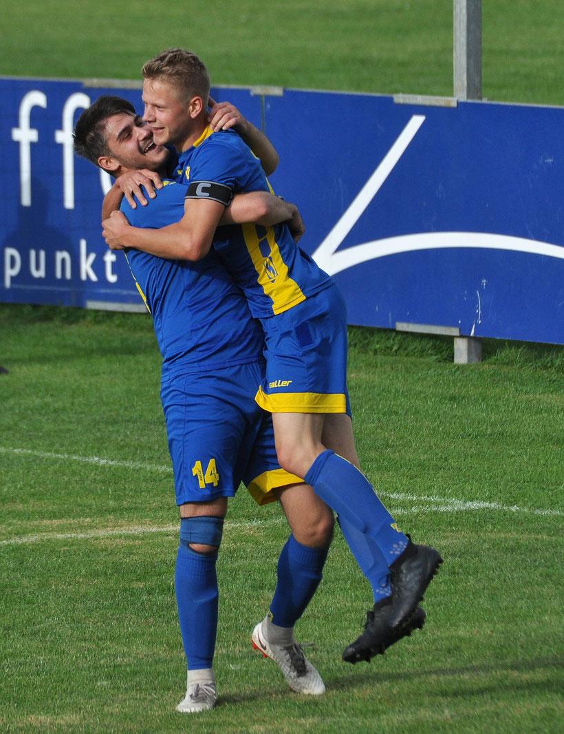 Mergim Krasniqi feiert Lukas Koets für einen seiner spektakulären Treffer