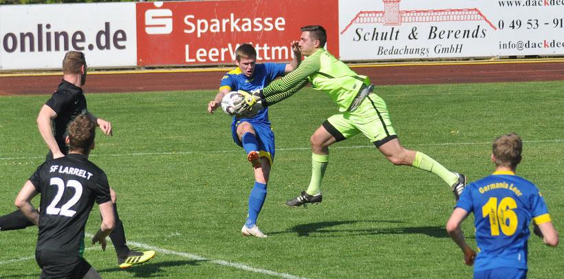 Larrelts Torwart Schmidchen ist gerade noch rechtzeitig vor Julian Jauken am Ball.