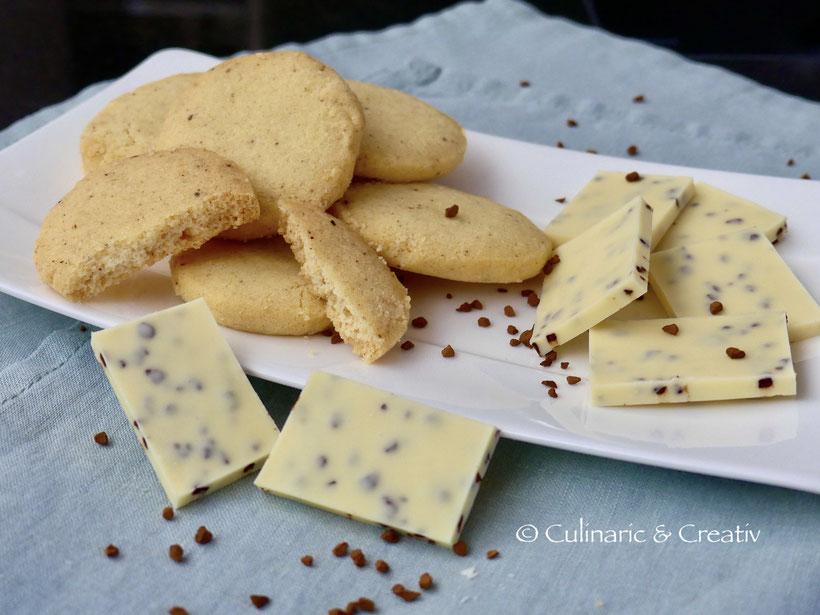 Französische Butterkekse und weiße Schokolade mit Kaffee