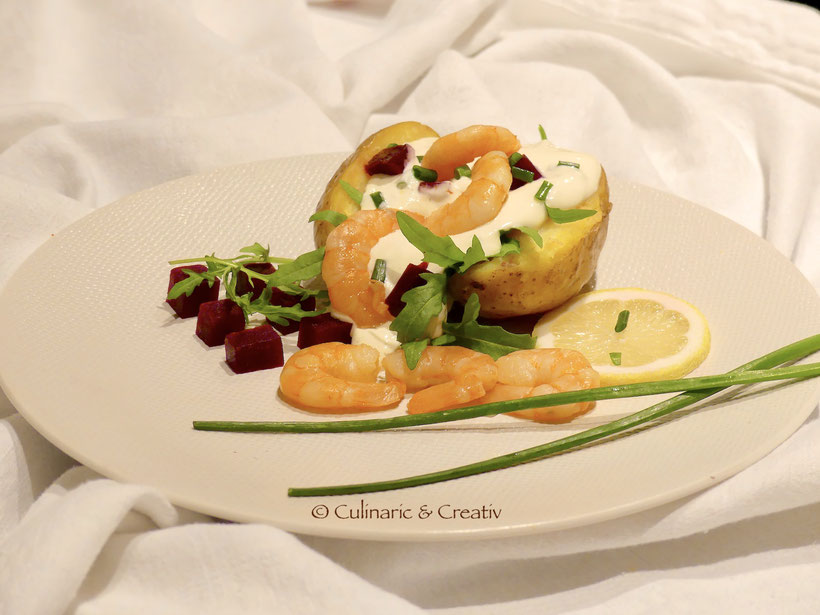 Ofenkartoffel mit Sour Cream und Räuchergarnelen