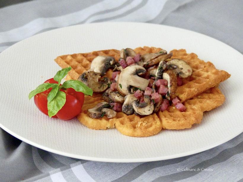 Käsewaffel mit Schinken und Champignons