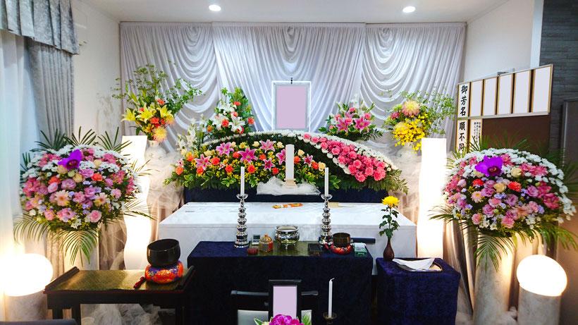 基本祭壇に供花を組み入れた、生花祭壇