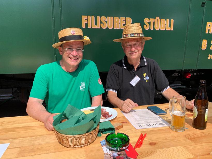 Auch Stiftungsratspräsident des Trammuseums Zürich, Christoph Wehrli (rechts) gönnte sich bei Sonnenschein am ersten Wochenende einen WAGI-Teller mit Monsteiner Weizenbier