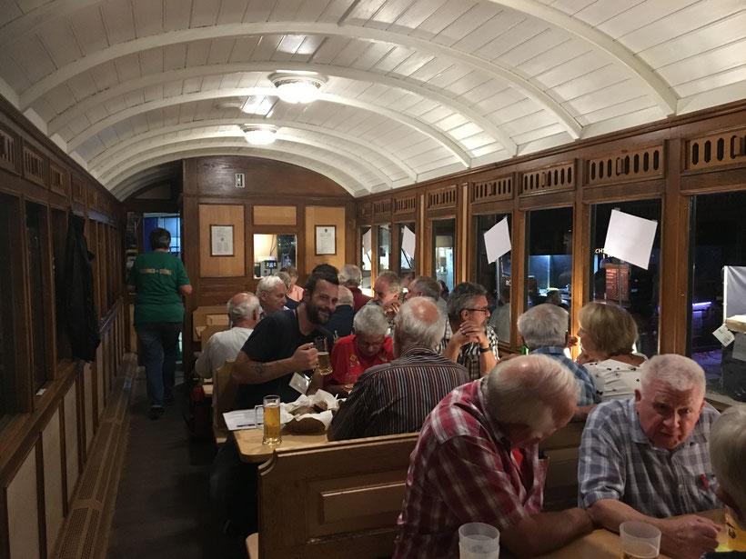 Volle Beiz anlässlich der Feier zur letzten Fahrt von Dampflokführer Sigi Liechti