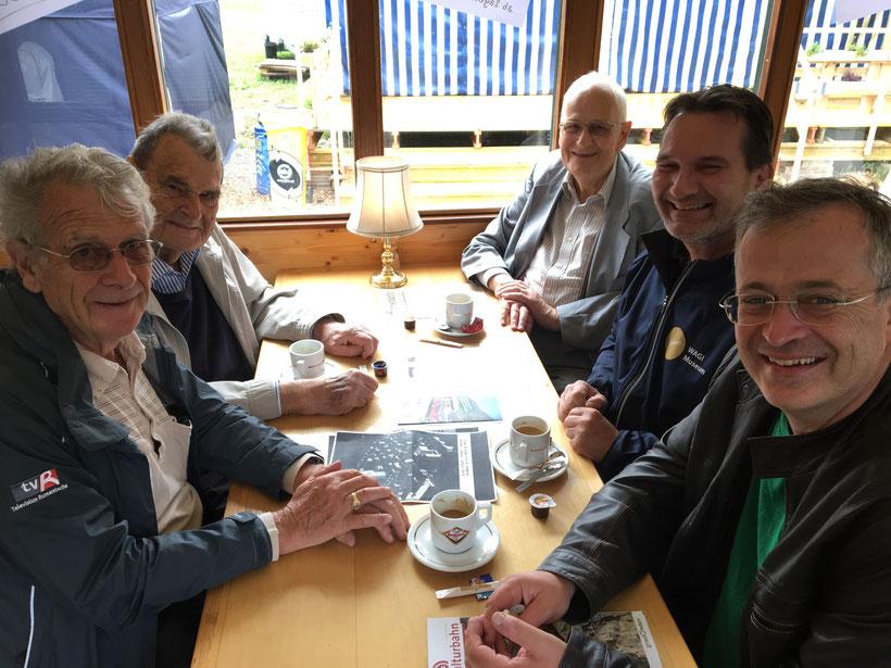 Der ehemalige Rollmaterialchef der RhB, Franz Skvor (hinten links) und Walter Pfeiffer (hinten rechts), früher seitens der Bündner Kraftwerke zuständig für die Stromlieferung an die RhB, erschienen wohlgelaunt zum Kaffee im Stübli