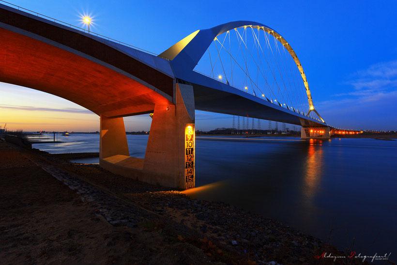 De Oversteek Nijmegen tijdens het blauwe uur