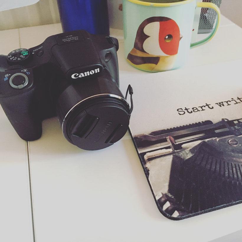 Hab mir vor Kurzem eine Kamera gekauft. War runtergesetzt auf 199 Pfund und ist ohne Objektive draufschrauben und Gedöns. Einschalten, Foto schießen, fertig. Sieht trotzdem aus, als hätte man Ahnung von Technik.